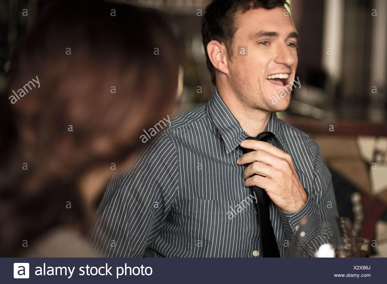 Businessman desserrant tie dans un bar à vin Photo Stock