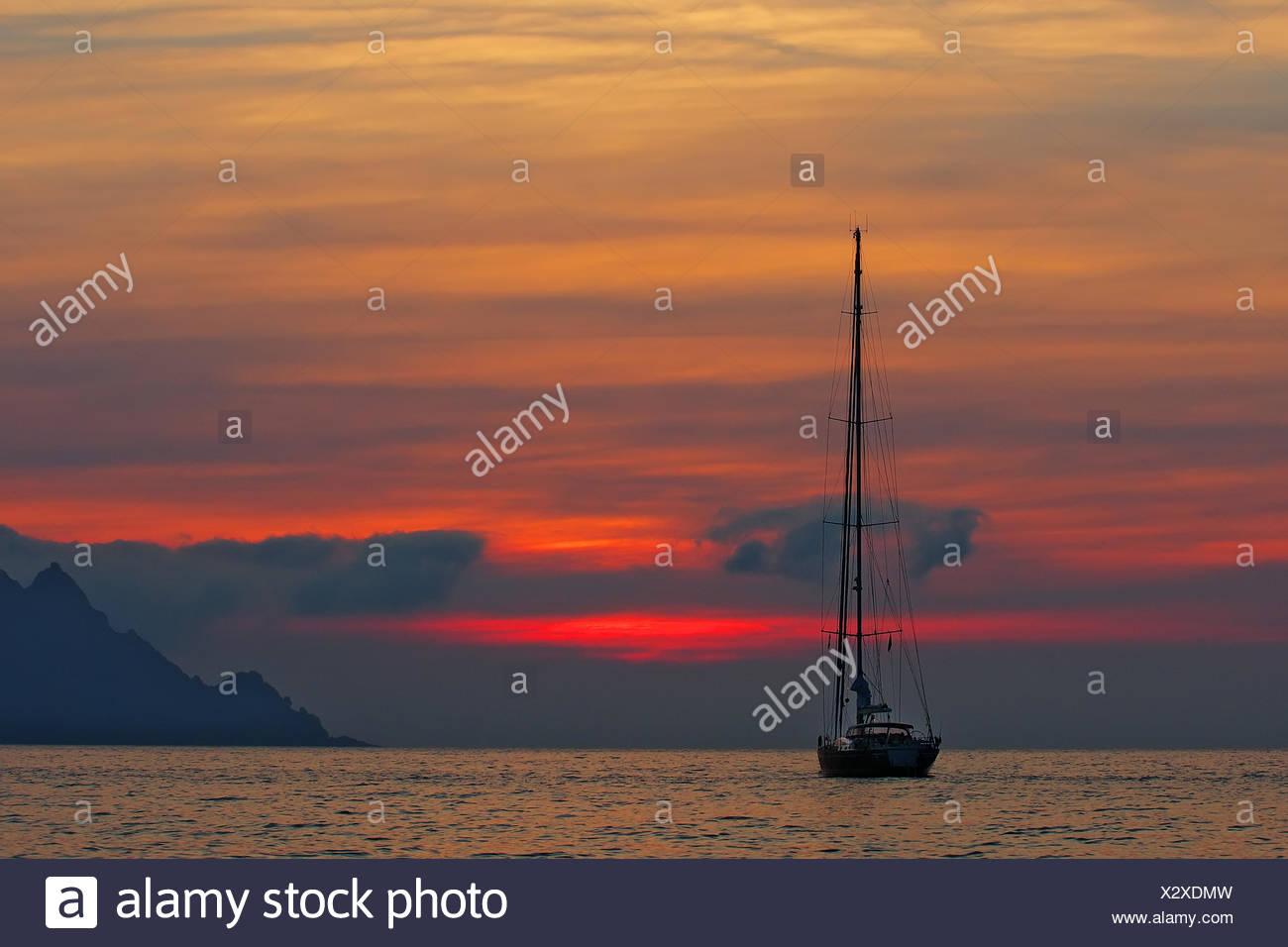 Yacht à voile plusieur bateaux dans le coucher du soleil - Corse Photo Stock