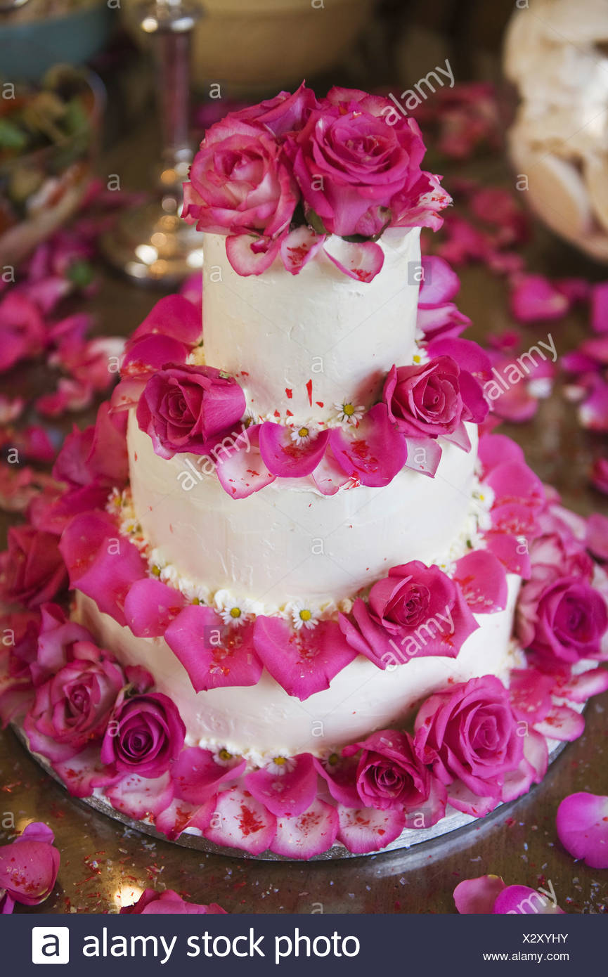 Un Gâteau De Mariage à Trois Niveaux Couverts En Glaçage