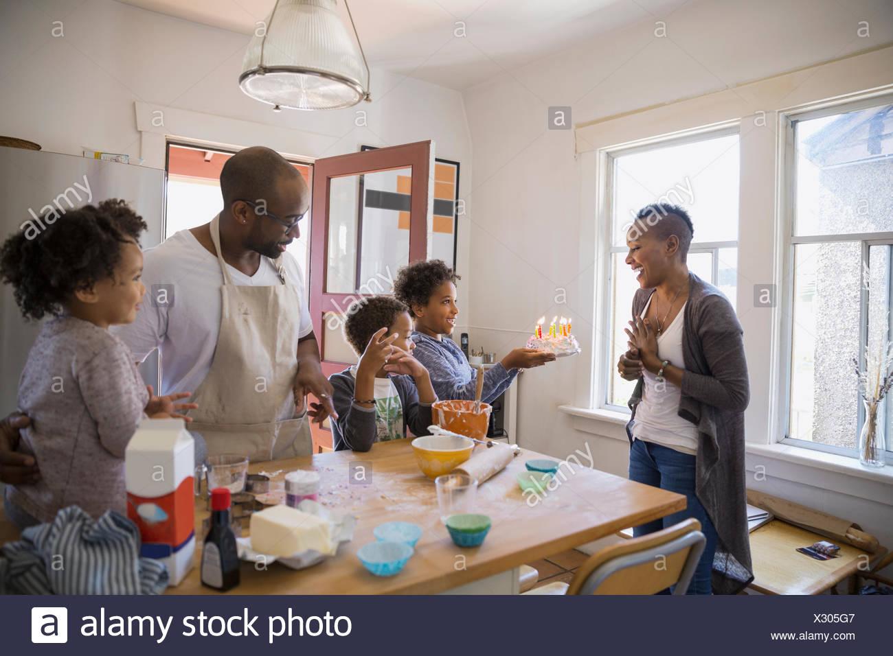 Mère de famille étonnant avec gâteau d'anniversaire Photo Stock
