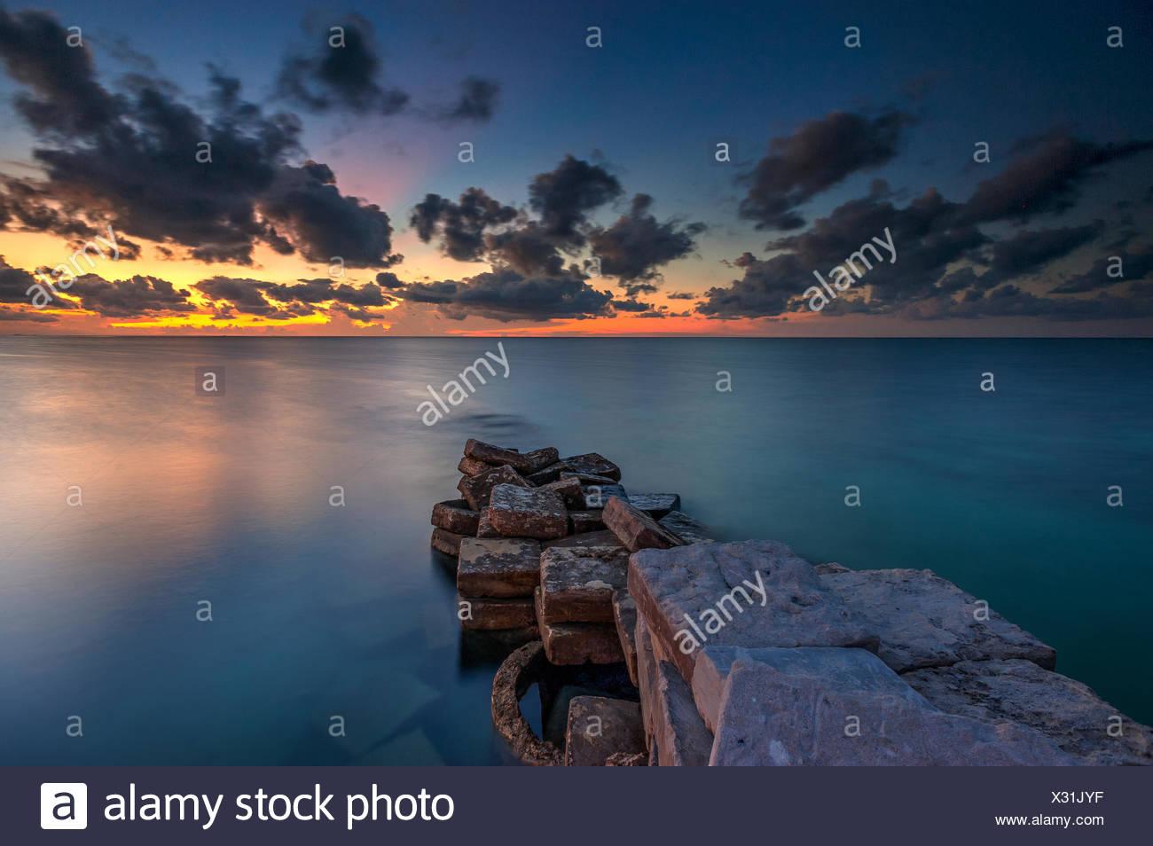 La Malaisie, Sabah, rayon de lumière coucher du soleil à Mabul Island Photo Stock