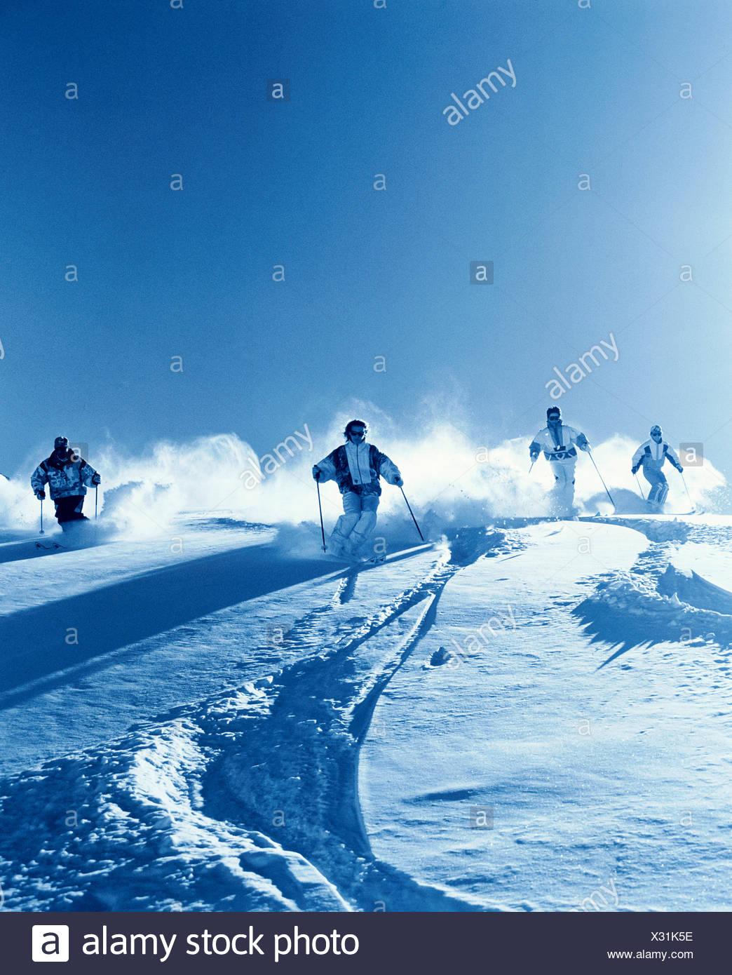 Montagnes groupe ski ski neige sport ski monochromes de la neige profonde neige hiver hiver conduite s Photo Stock