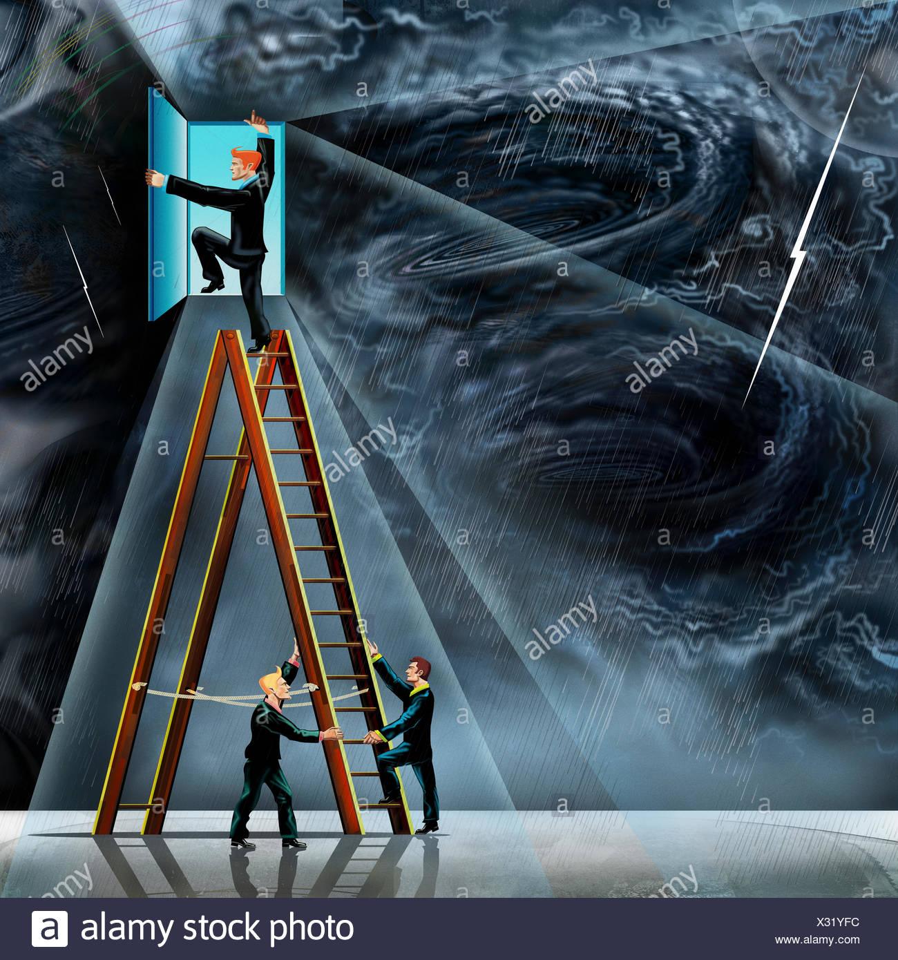 Collaborateurs holding échelle pour collègue pour ouvrir la porte à partir de la tempête de ciel clair Photo Stock