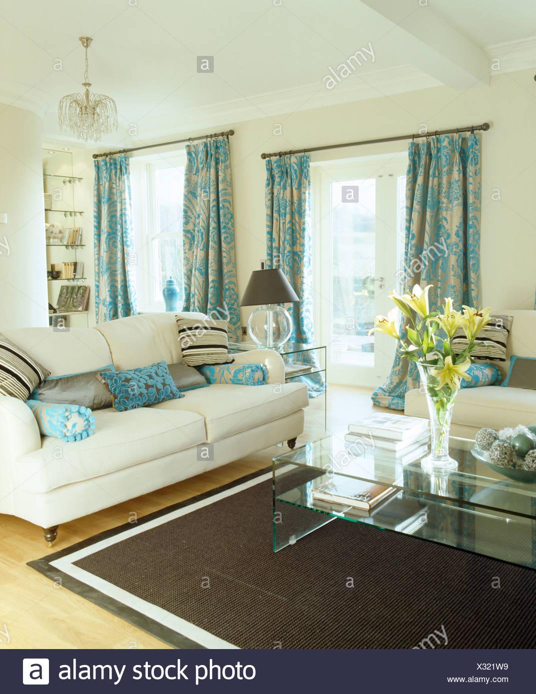 Rideaux à motifs turquoise et crème crème canapés salon avec tapis ...