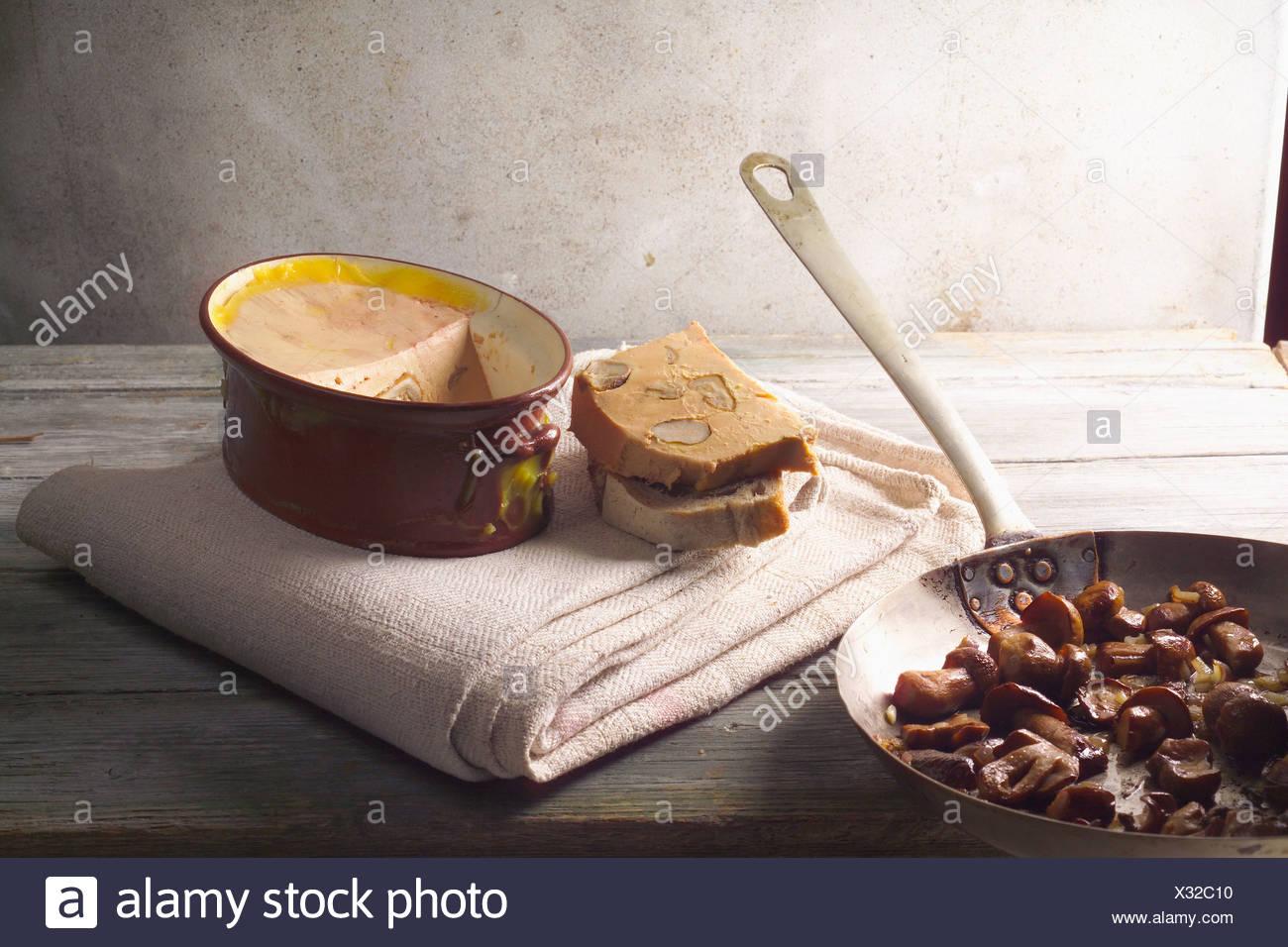 Foie gras de canard, fricassée de cep et vintage Port terrine Banque D'Images