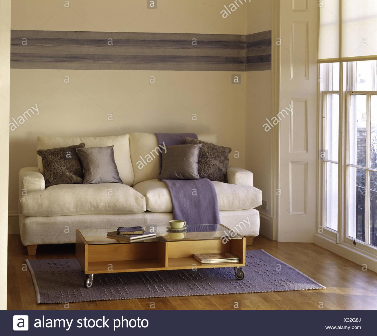 Contour gris peint sur le mur au-dessus de canapé blanc avec ...
