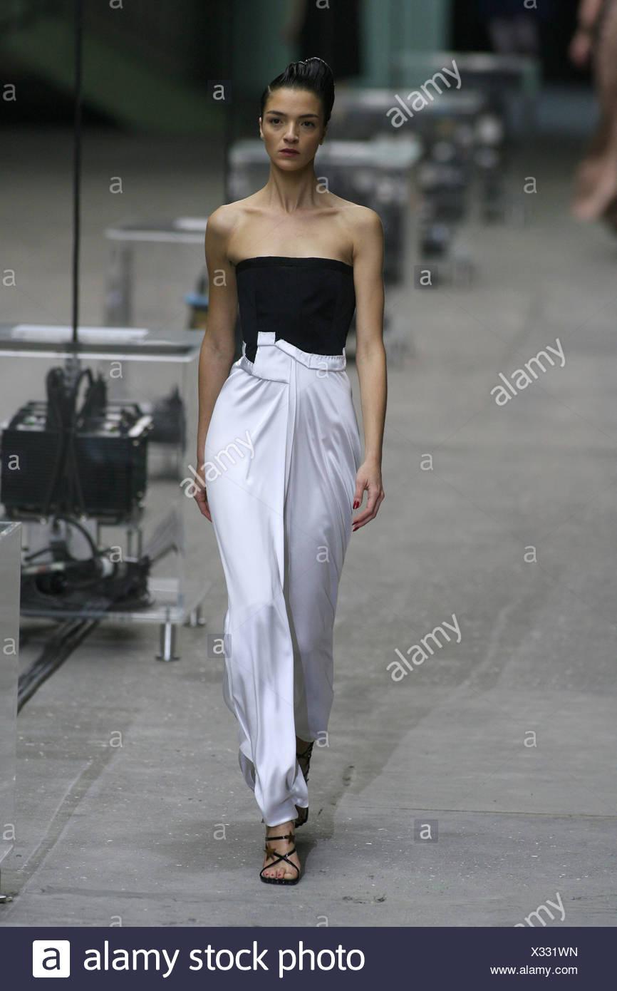 Modèle Mariacarla Boscono italien porter noir et blanc robe bustier en soie eaff4ee0185