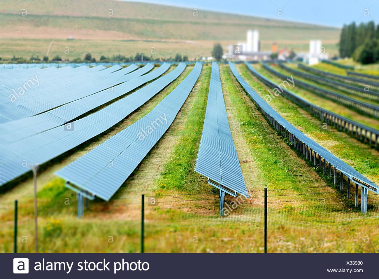 Des panneaux solaires dans une rangée. Photo Stock