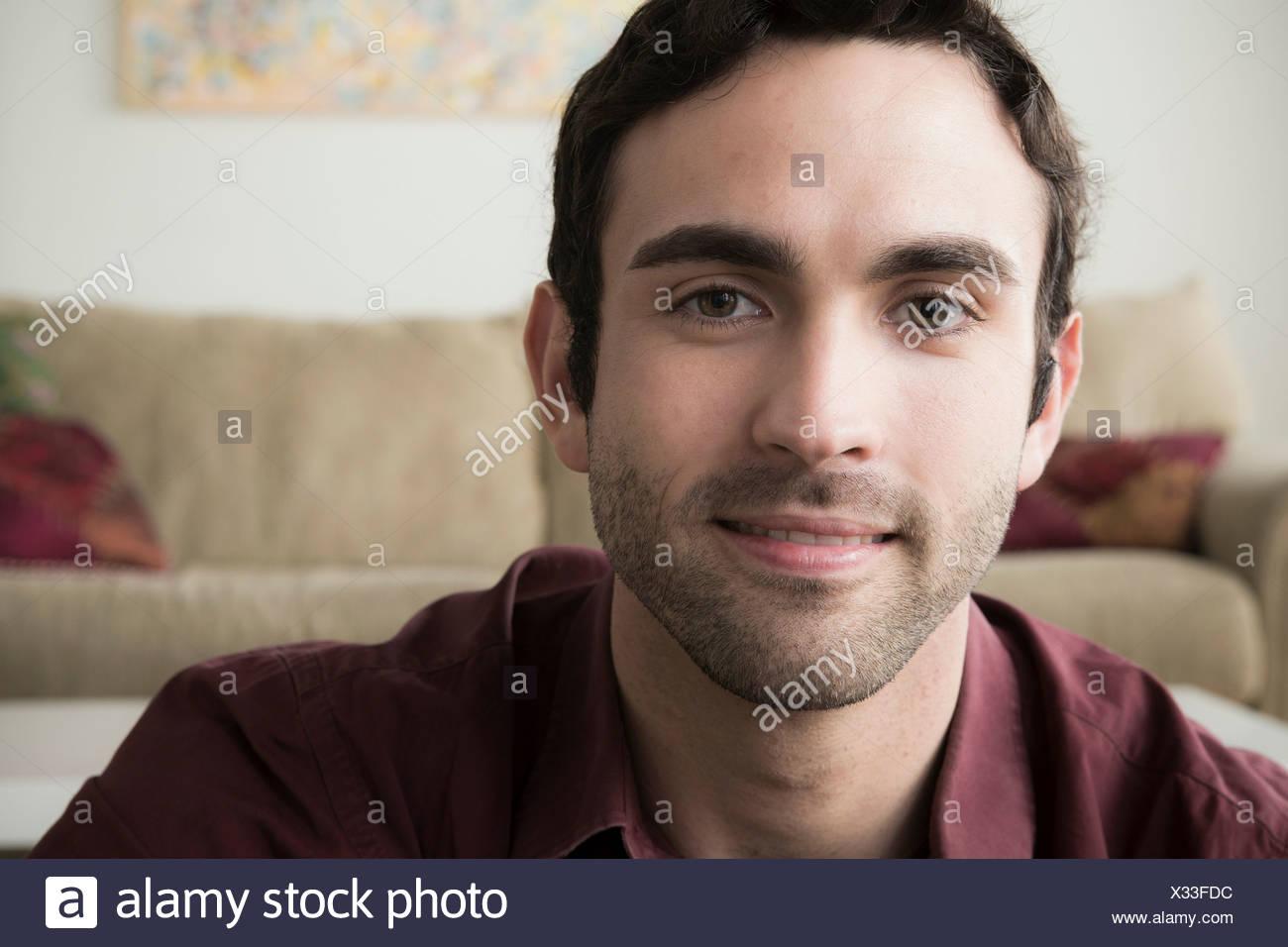 Portrait de jeune homme aux cheveux noirs Photo Stock
