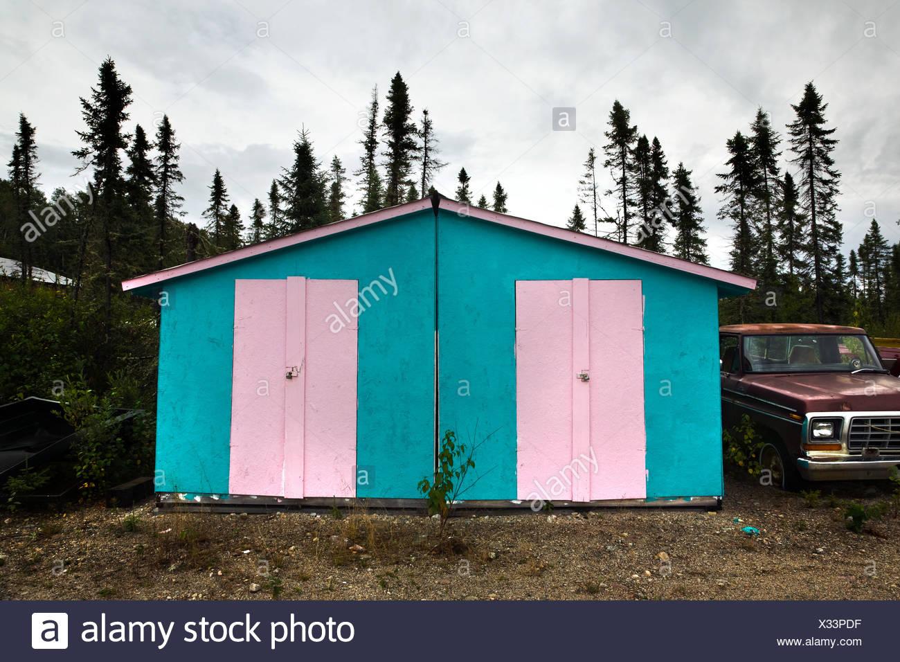 Shed peint en rose et bleu Photo Stock