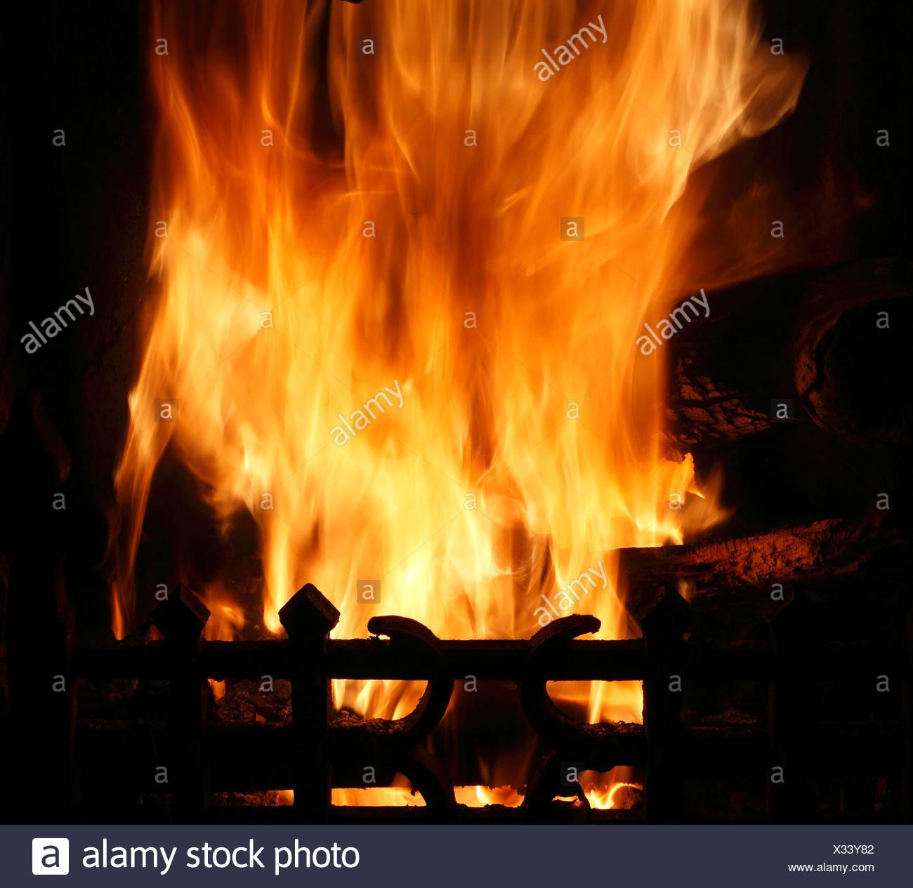 Incendie en foyer, la chaleur du feu flamme flammes chaleur chauffage bois charbon brûlant grille feux feux d'habitation Photo Stock