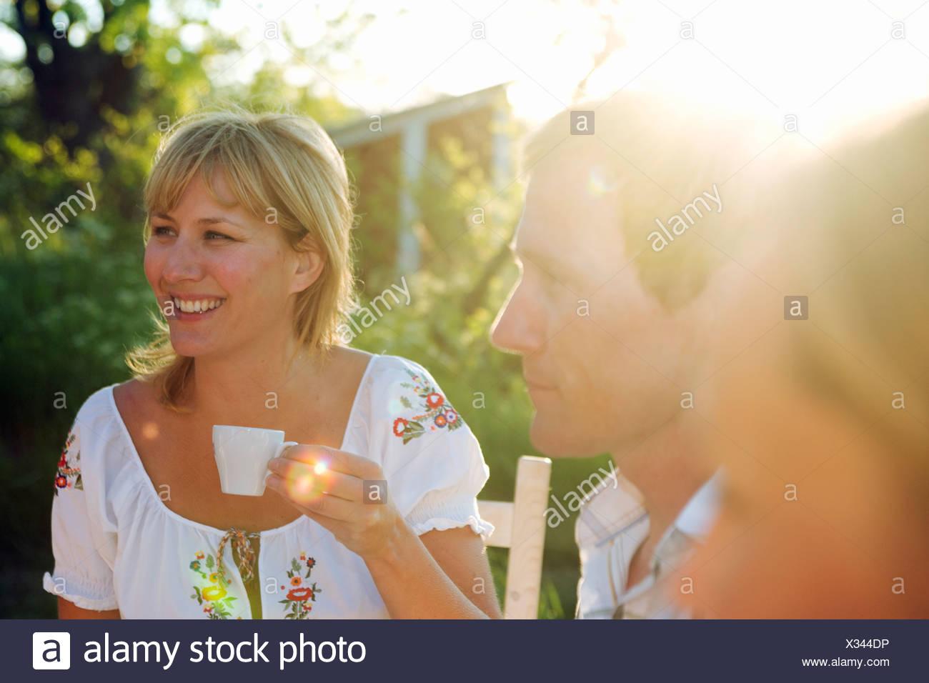 Une femme tenant une tasse de café, Fejan, archipel de Stockholm, Suède. Banque D'Images