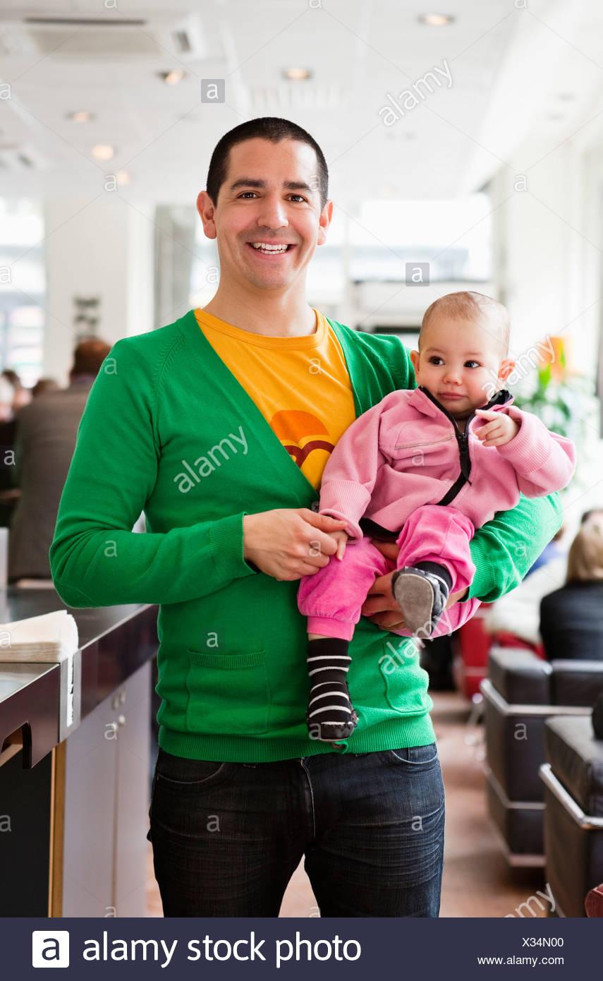 Heureux père tenant sa fille (0-11 mois) Photo Stock