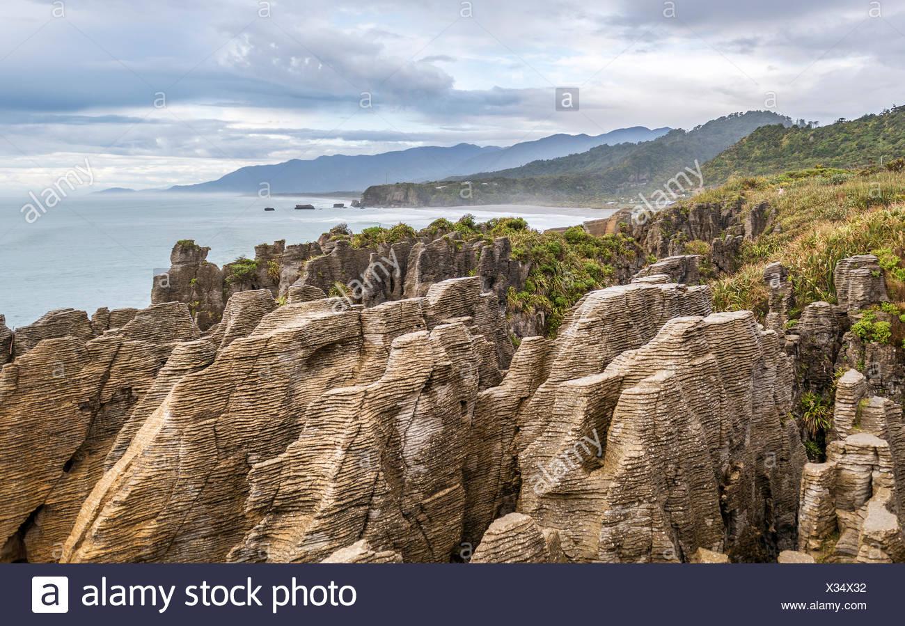 Rochers de grès, rock formation Pancake Rocks, Paparoa National Park, côte ouest, Punakaiki, Nouvelle-Zélande Photo Stock