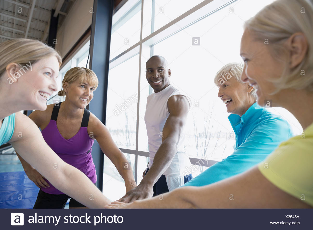 Entraîneur personnel et touchant les femmes dans les mains se serrent Banque D'Images