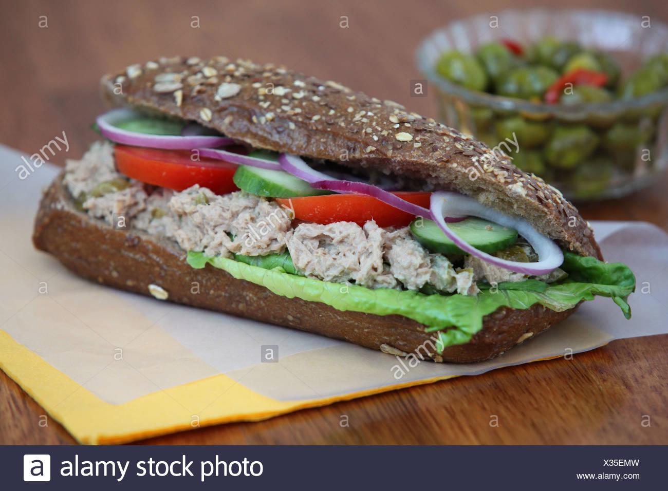 Sandwich à la salade de thon à la tomate et concombre Photo Stock
