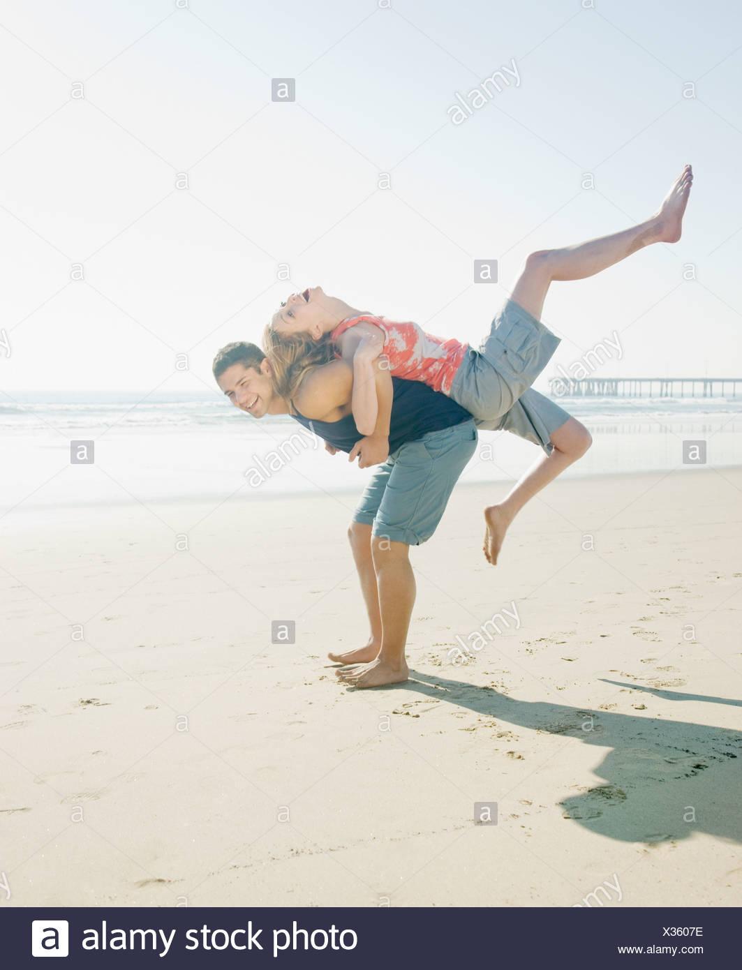 Couple de jouer sur la plage Photo Stock