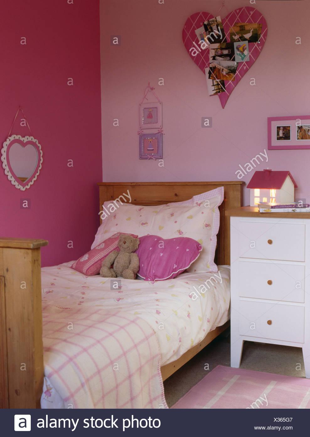 Coussin Pour Chambre D Ado l'adolescent chambre rose avec lit en pin et coussin en