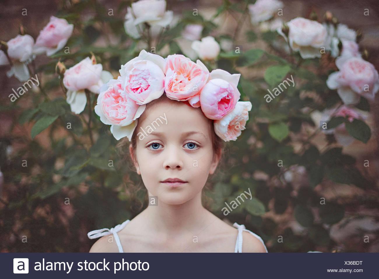 Jeune fille portant un chapeau avec des roses Photo Stock