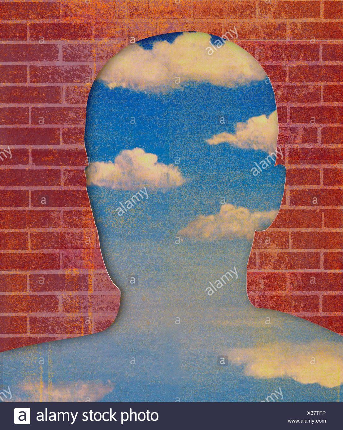 Mur de brique révélant ciel bleu en forme de tête Photo Stock