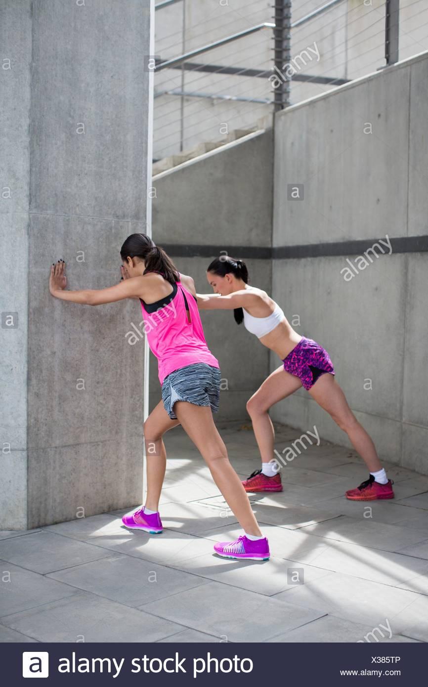 Parution du modèle. Deux jeunes femmes s'étendant contre mur. Photo Stock
