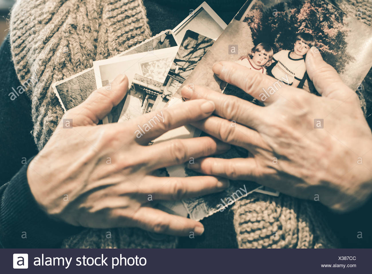 Mains de senior woman holding old photographies, close-up Photo Stock