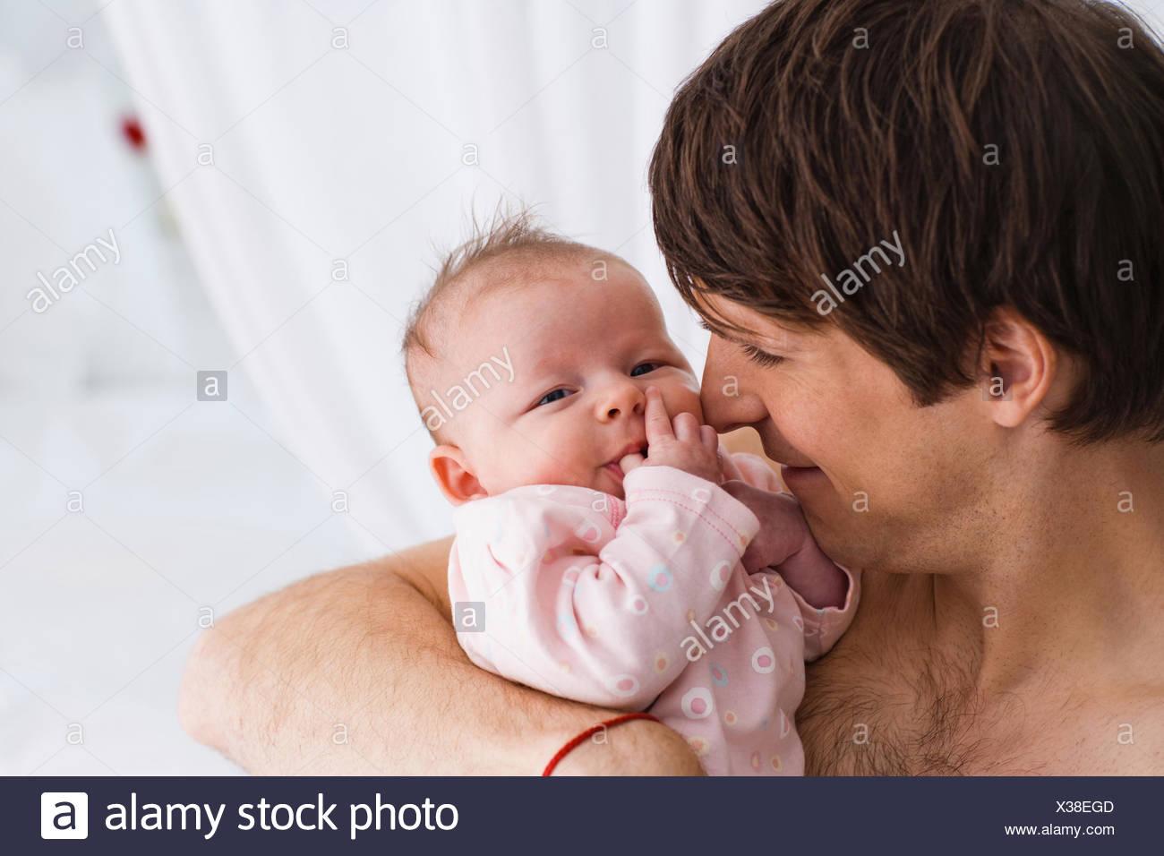Père holding baby Banque D'Images