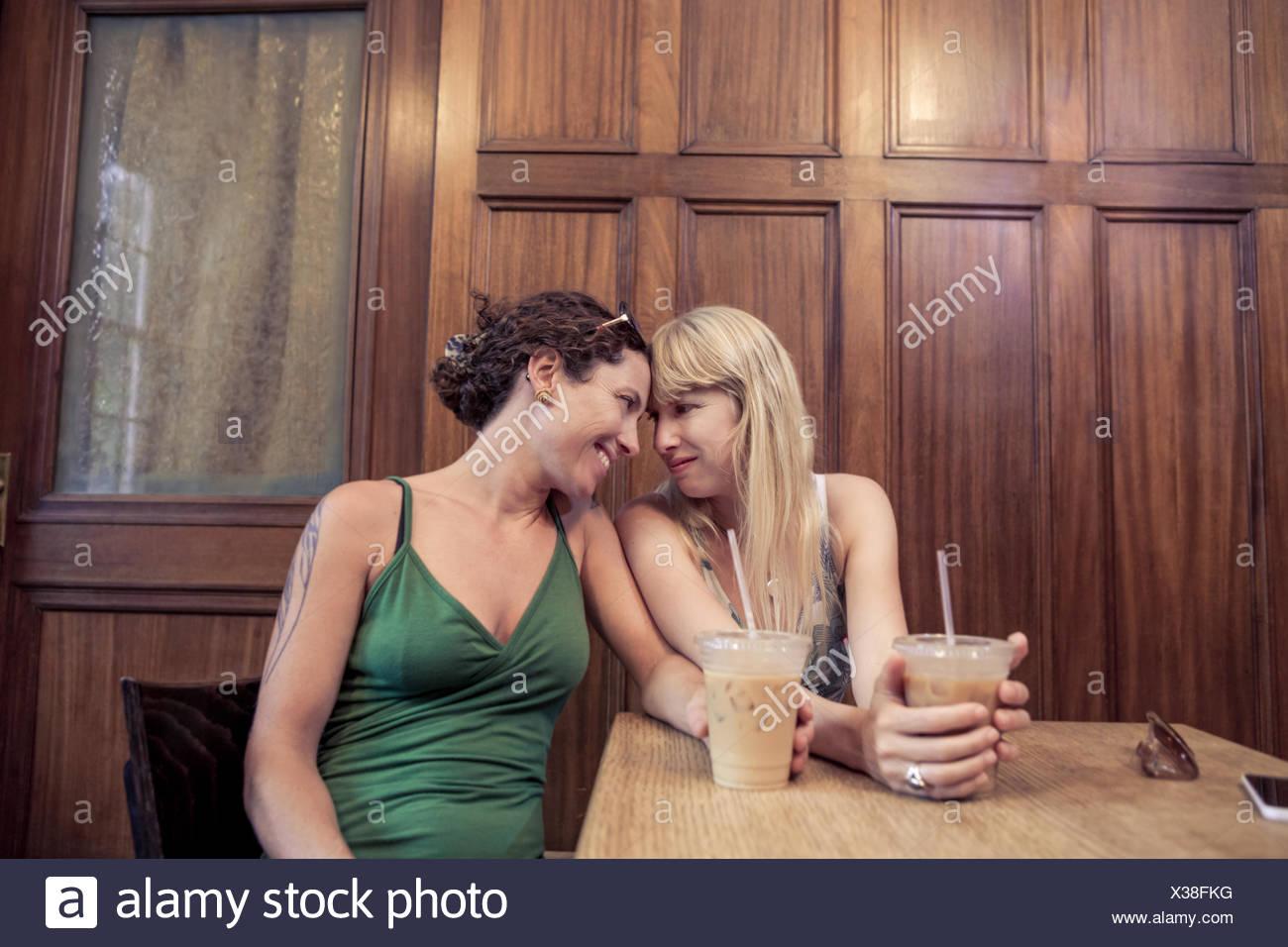 Deux femmes face à face dans l'intimité partager cafe Photo Stock