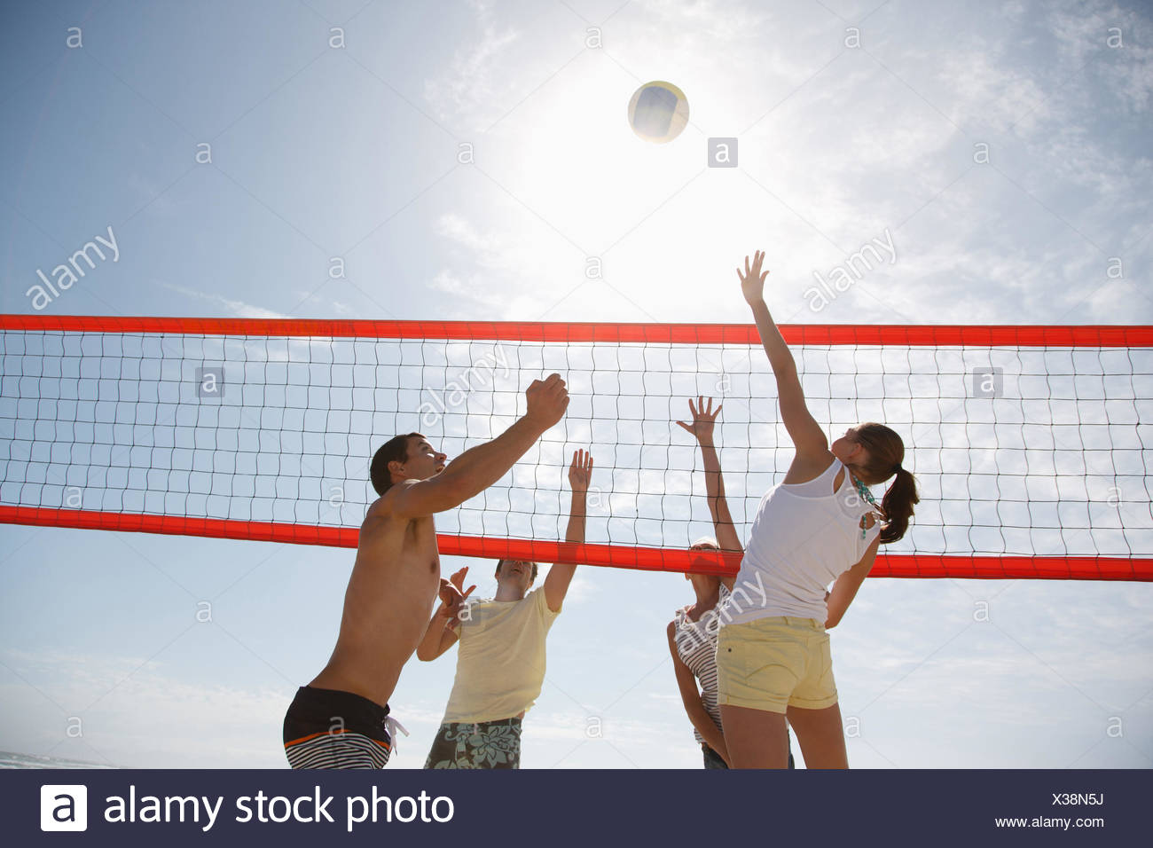Les amis jouer au volley-ball Photo Stock