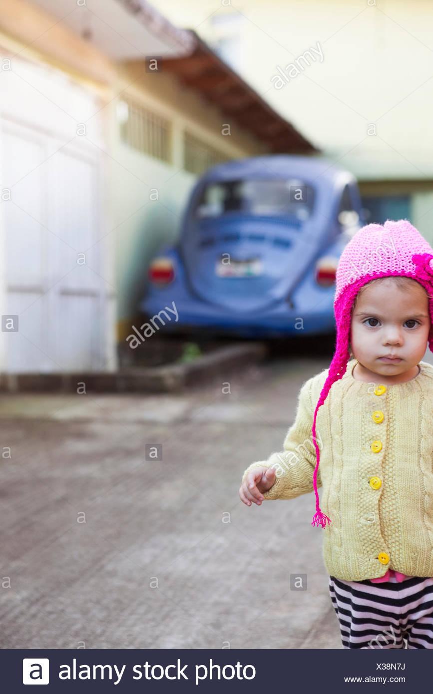 Girl wearing knit cap à l'extérieur Photo Stock