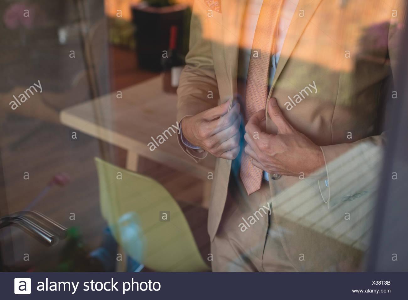 Homme portant son blazer à la maison Photo Stock
