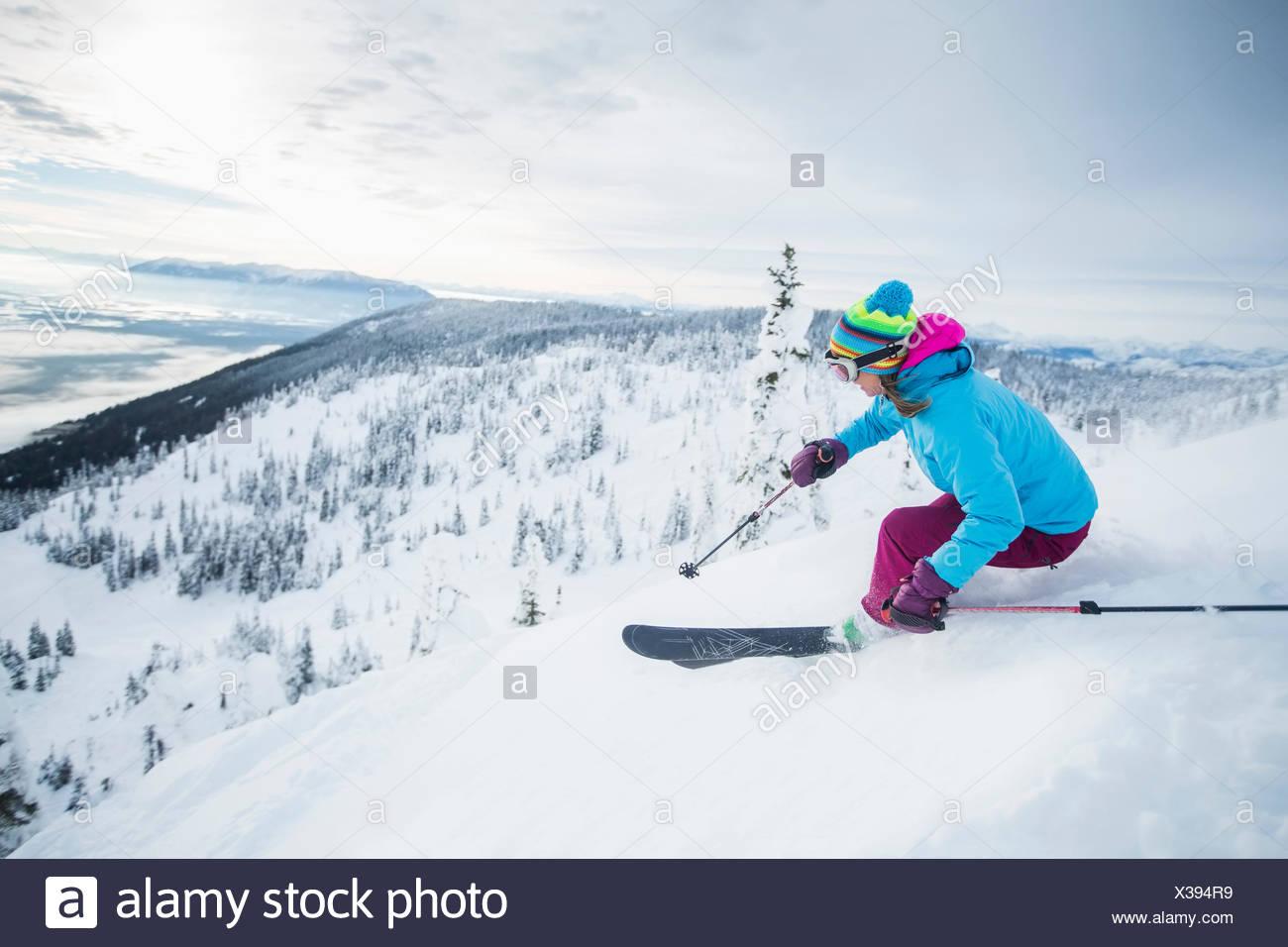 Femme mature sur l'accélération de la pente de ski Photo Stock