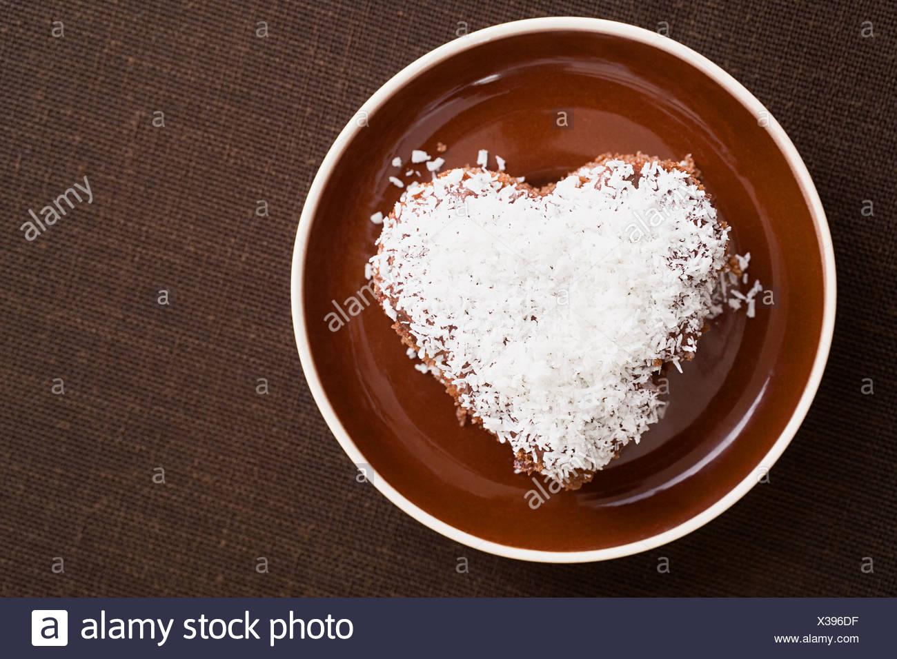 Un gâteau décoré de noix de coco desséchée Photo Stock