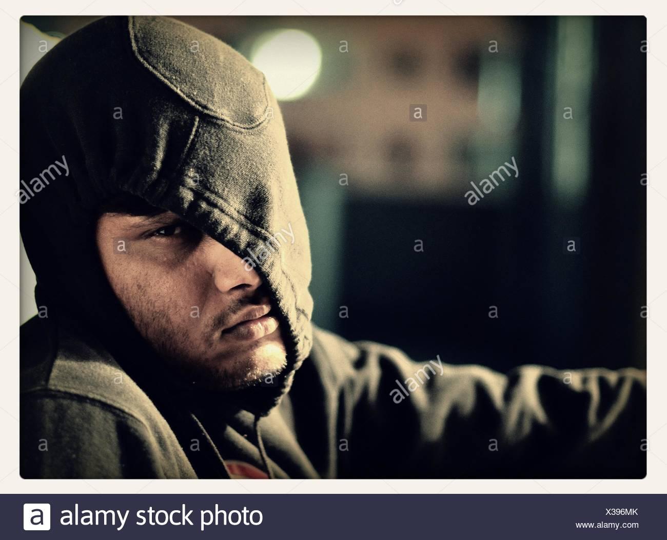 Portrait d'un homme portant la hotte de l'hiver et à la triste Photo Stock