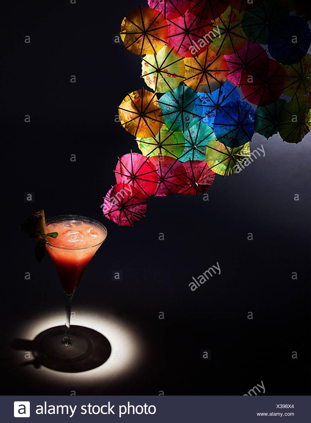 Apéritif et cocktail coloré parapluies, studio shot Photo Stock