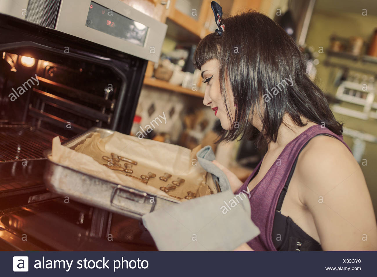 Young woman baking biscuits pour son chien Photo Stock