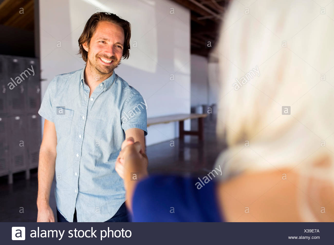 Man and Woman shaking hands Photo Stock