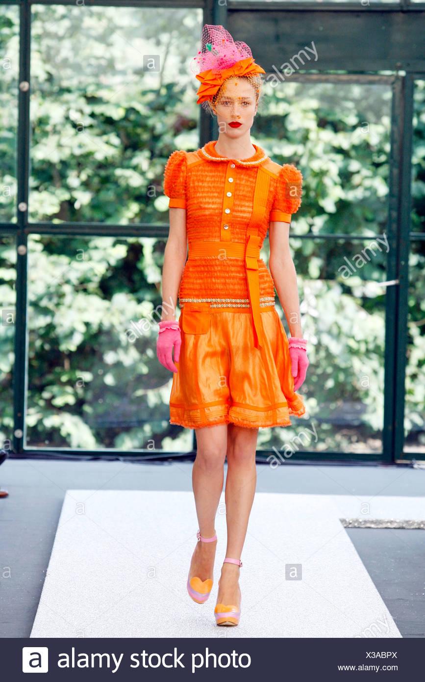 a9afa568362f Orange et Rose   Raquel Zimmermann modèle allemand portant robe plissée  ruban à plusieurs niveaux avec