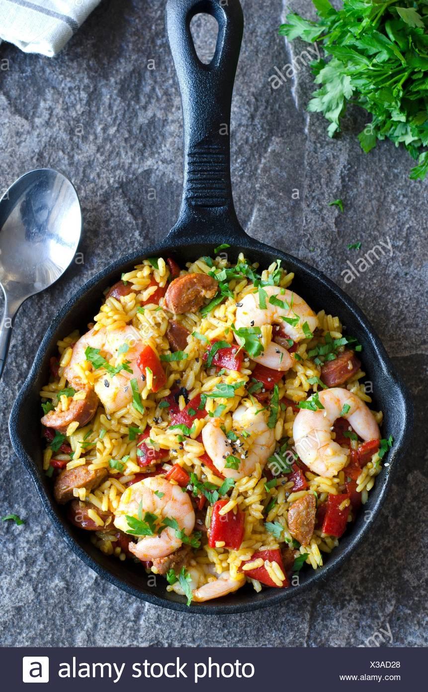 Les choux au chorizo riz espagnol et les crevettes. Photo Stock