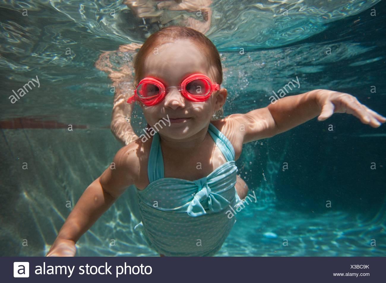 Underwater portrait of girl apprendre à nager et smiling at camera Photo Stock
