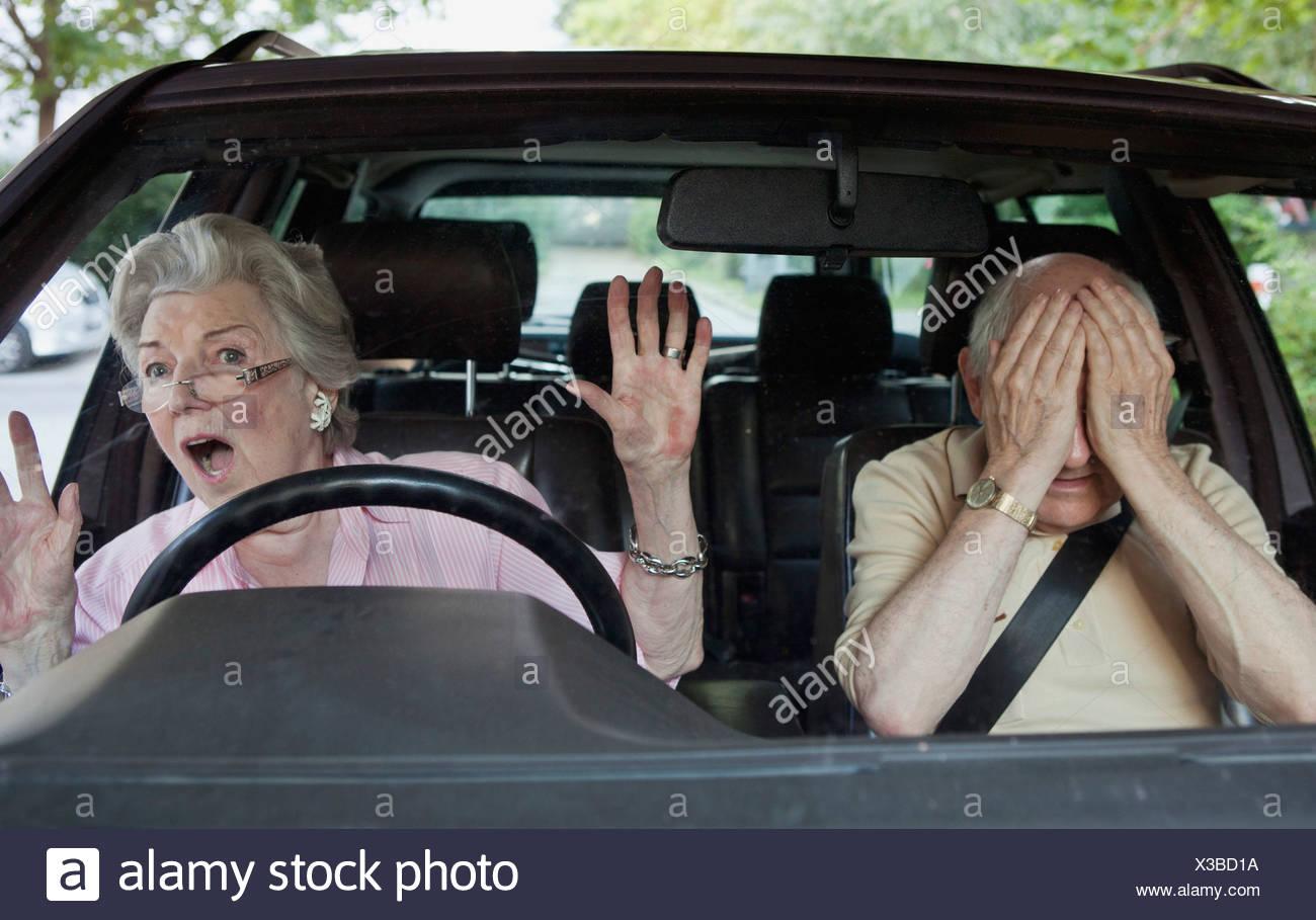 Senior woman de la difficulté à apprendre à conduire Photo Stock
