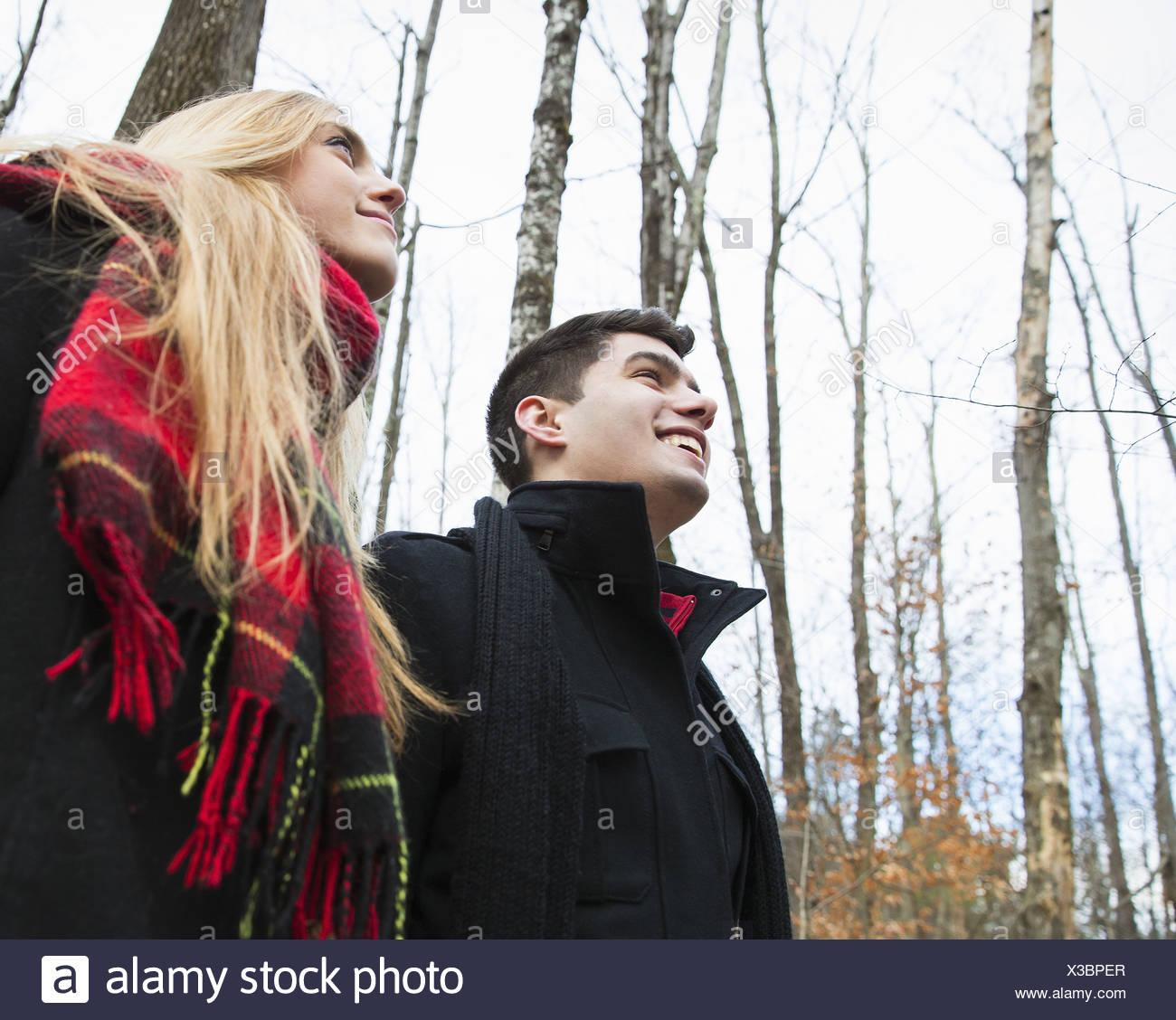 Un couple dans des manteaux d'hiver à l'extérieur, un jour d'hiver. Photo Stock