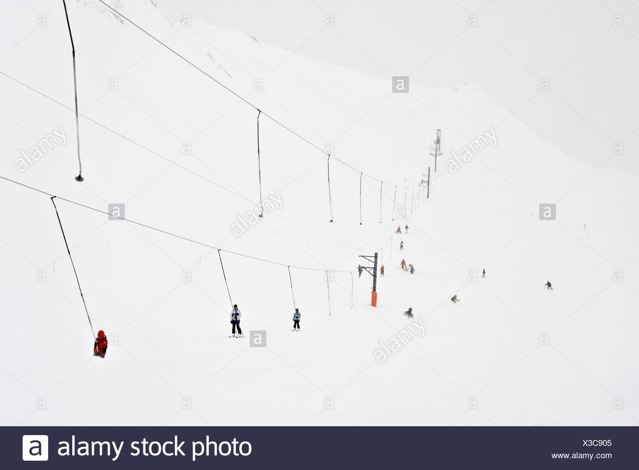 Groupe de personnes skiingan alpes Suisse Banque D'Images