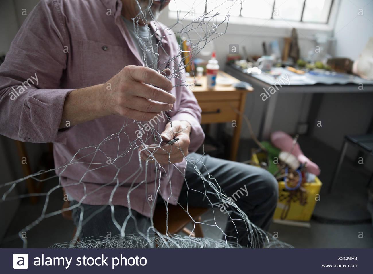 Artiste masculin de formage dans art studio Photo Stock