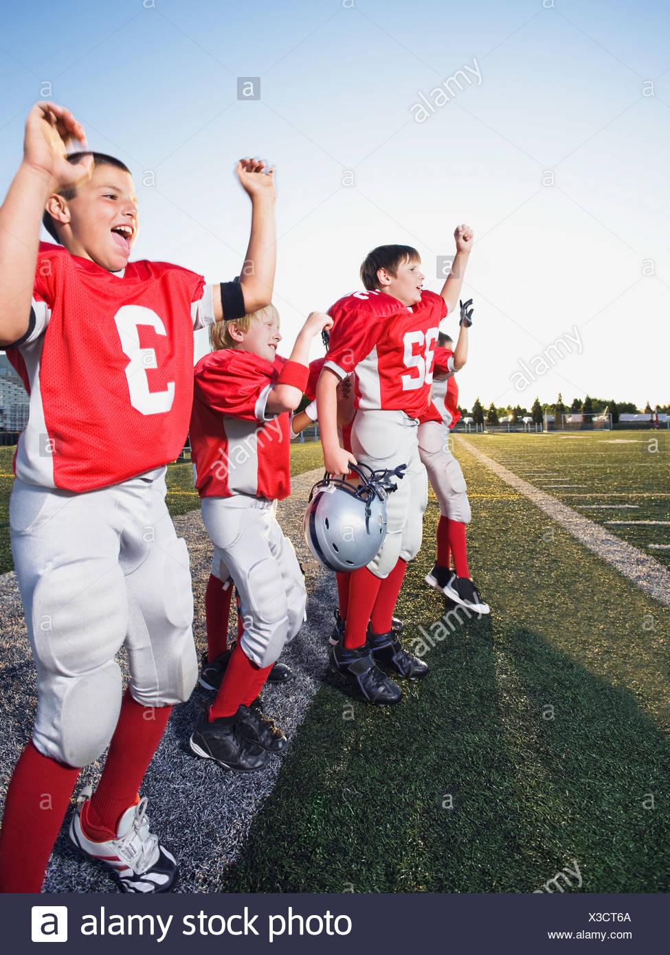 Les joueurs de football se réjouissant de l'écart Photo Stock