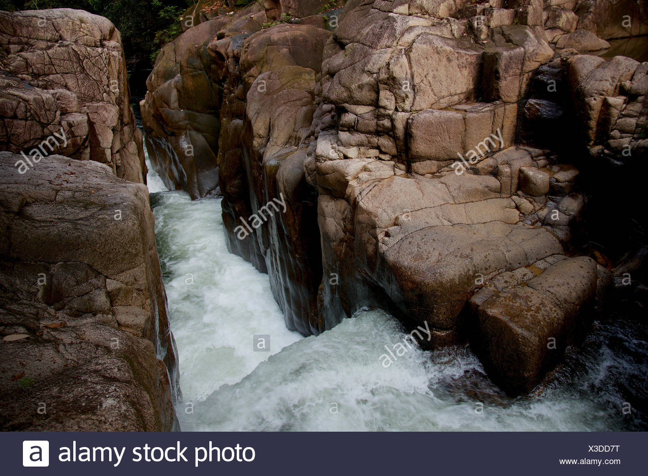 Parit Riam, ou le canal Falls, une chute d'emplacement inhabituel sur la partie supérieure de la rivière Siduk. Photo Stock