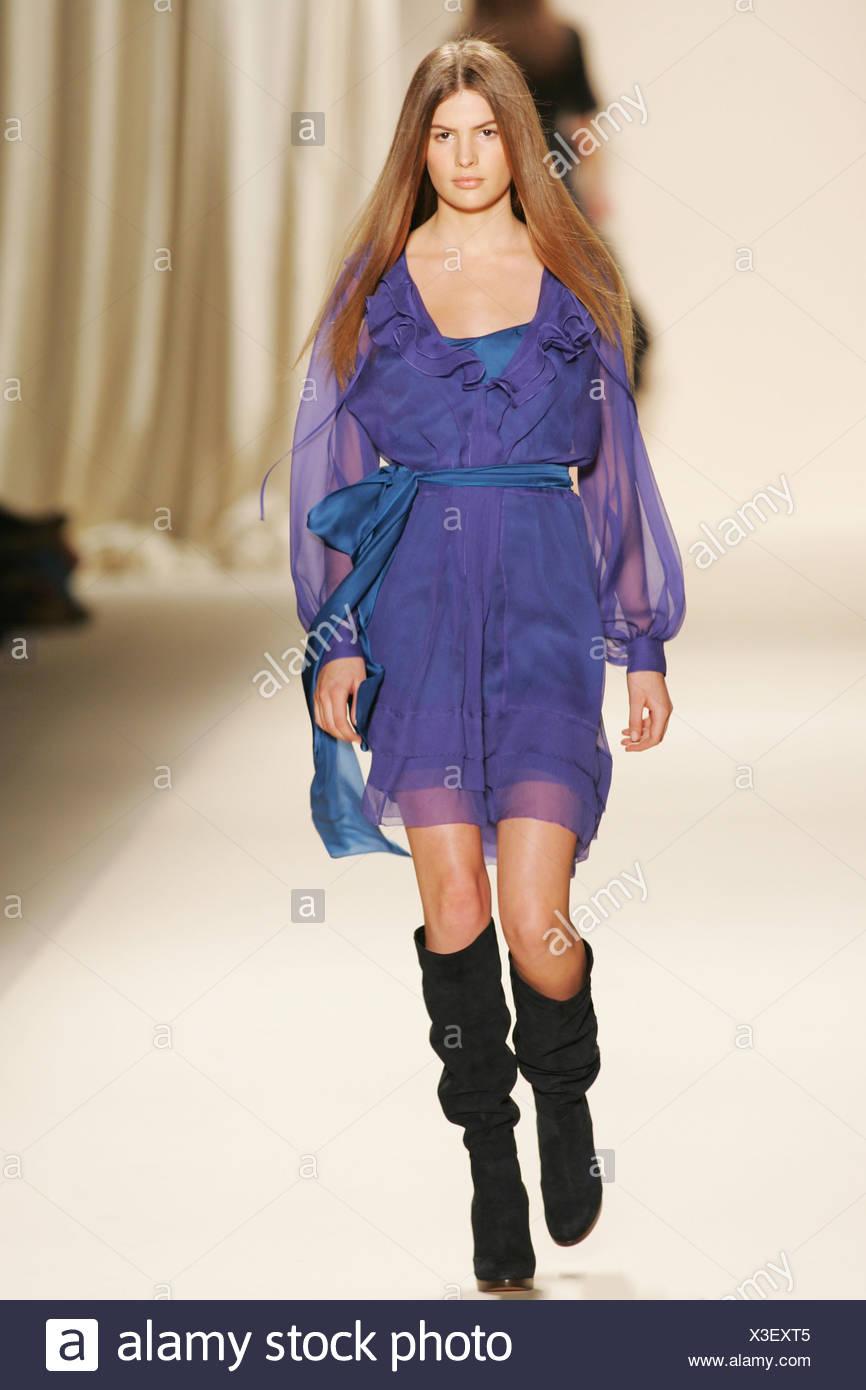 Chloe Paris Prêt à Porter Automne Hiver mousseline mauve robe longueur  genou paysanne avec des bottes 0f03dbfedc4