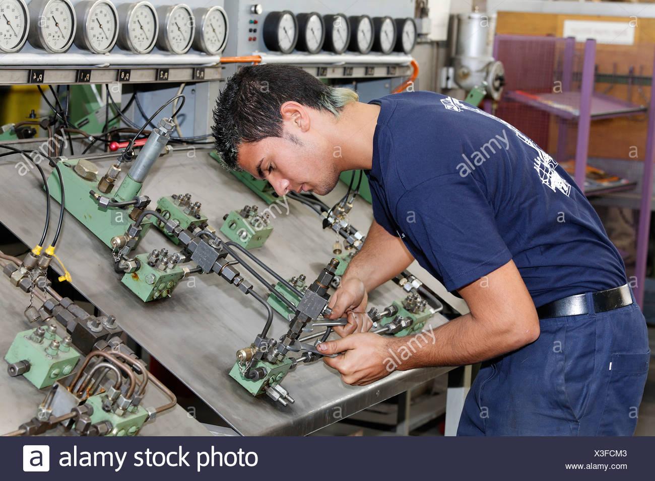 Stagiaire en vissant un double circuit, système de graissage hkm atelier de formation, Duisburg-ehingen, NRW, Allemagne Photo Stock