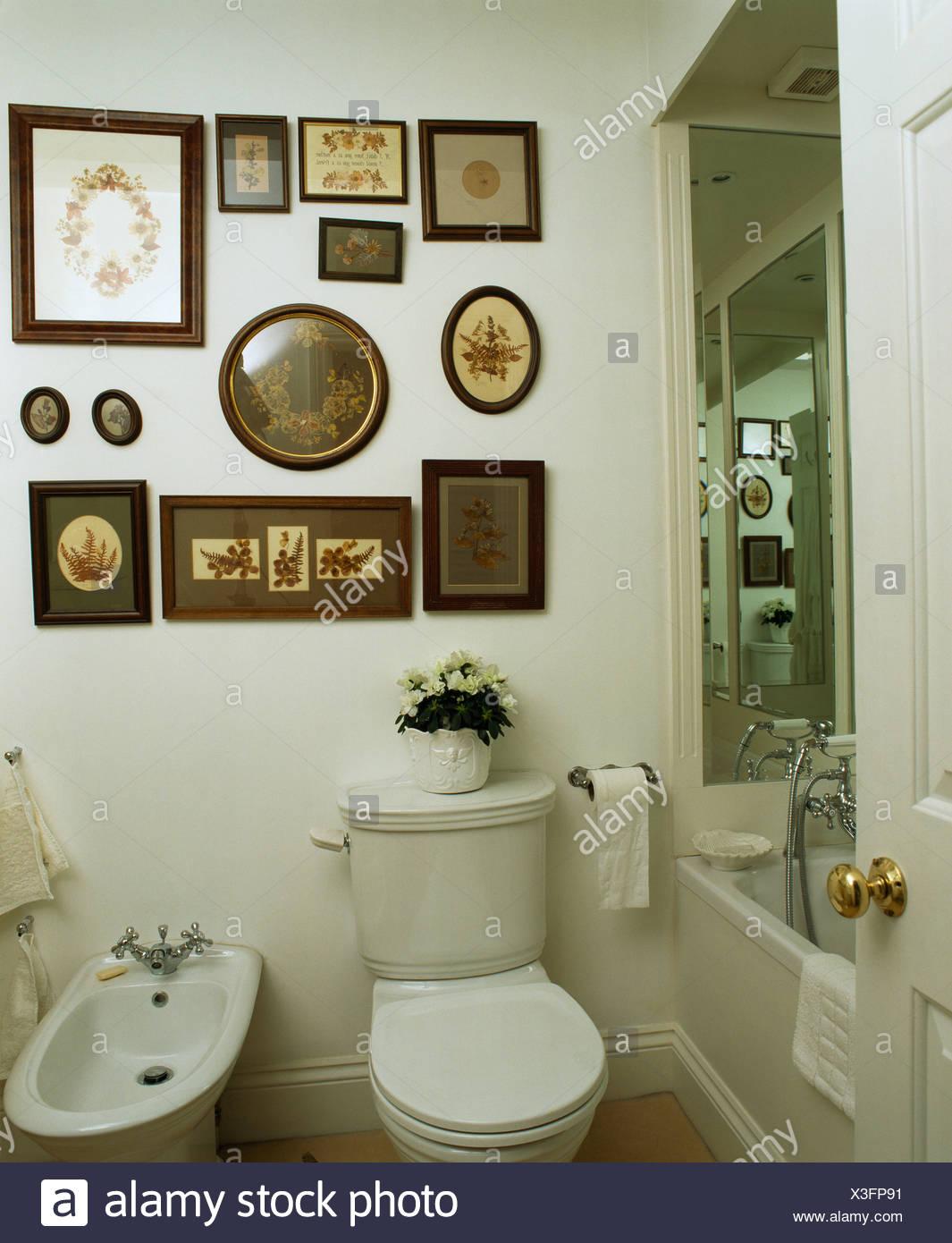 Tableau Salle De Bain collection de vieux tableaux encadrés au-dessus de toilettes