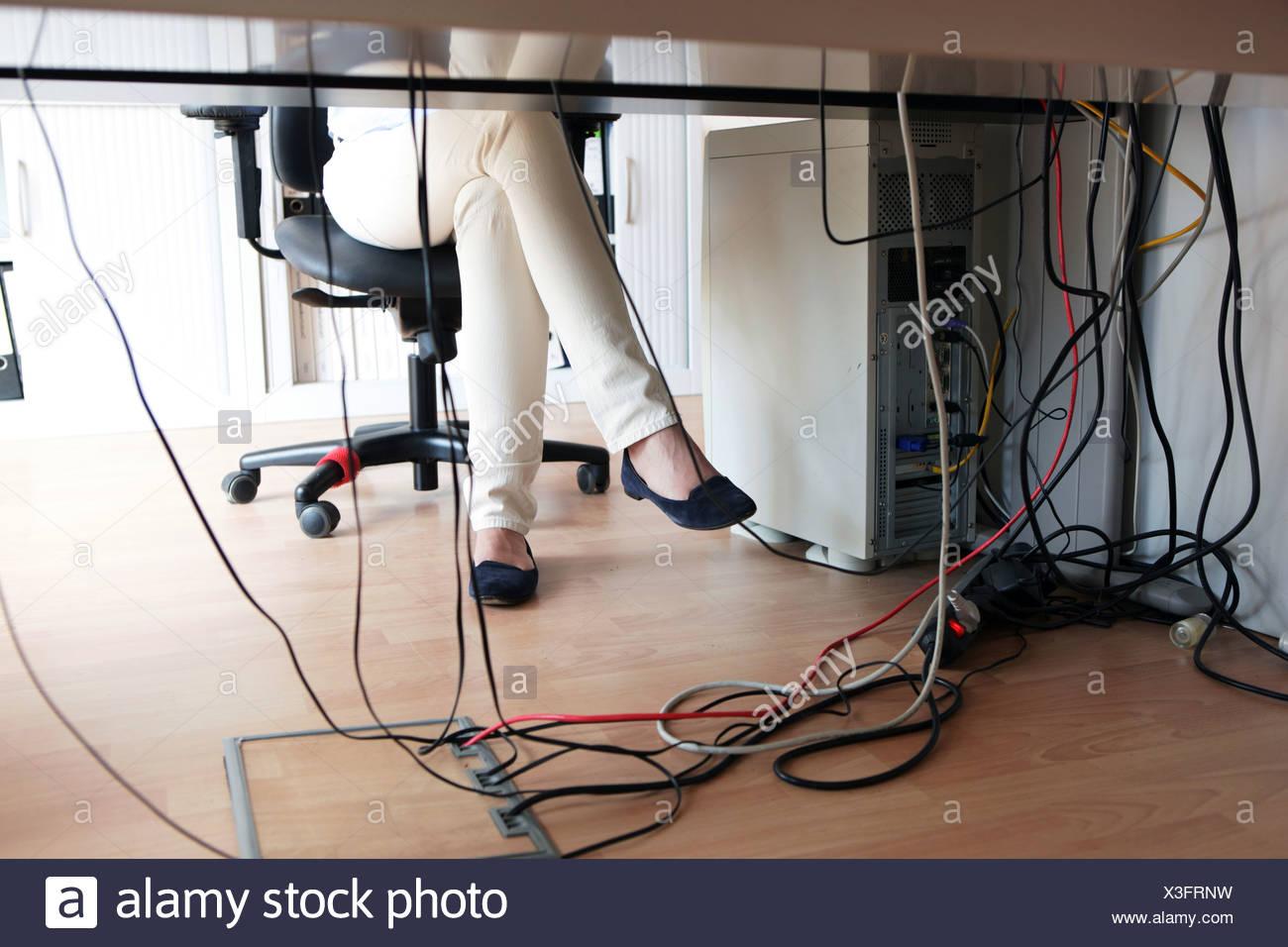 Câbles sous le bureau dans un bureau banque dimages photo stock